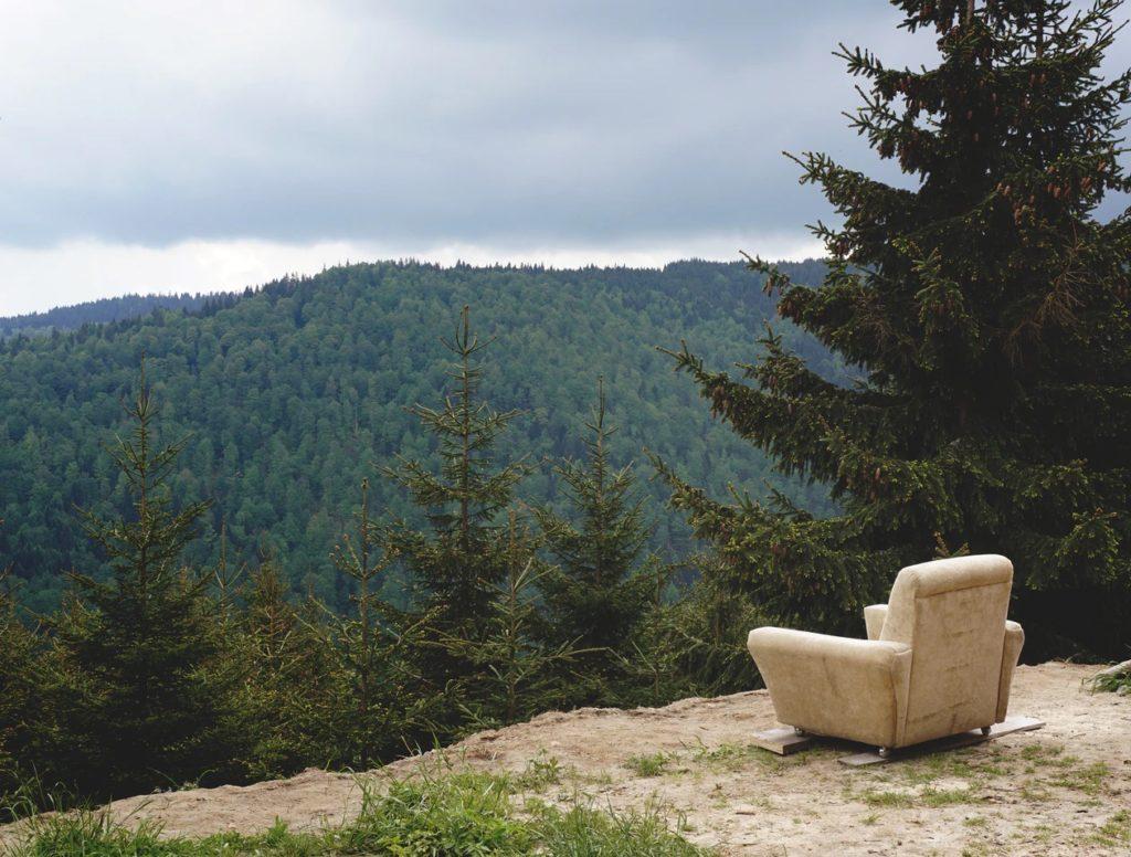 fauteuil devant un paysage relaxant